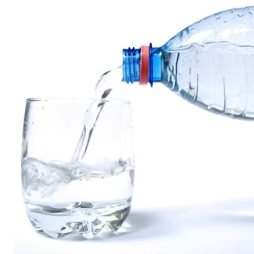 Czy zakup wody dla pracowników jest opodatkowany VAT i CIT?