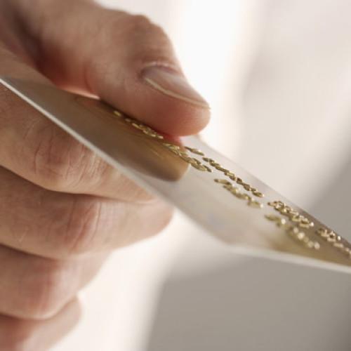 Płacenie kartą pomaga uniknąć oszustwa