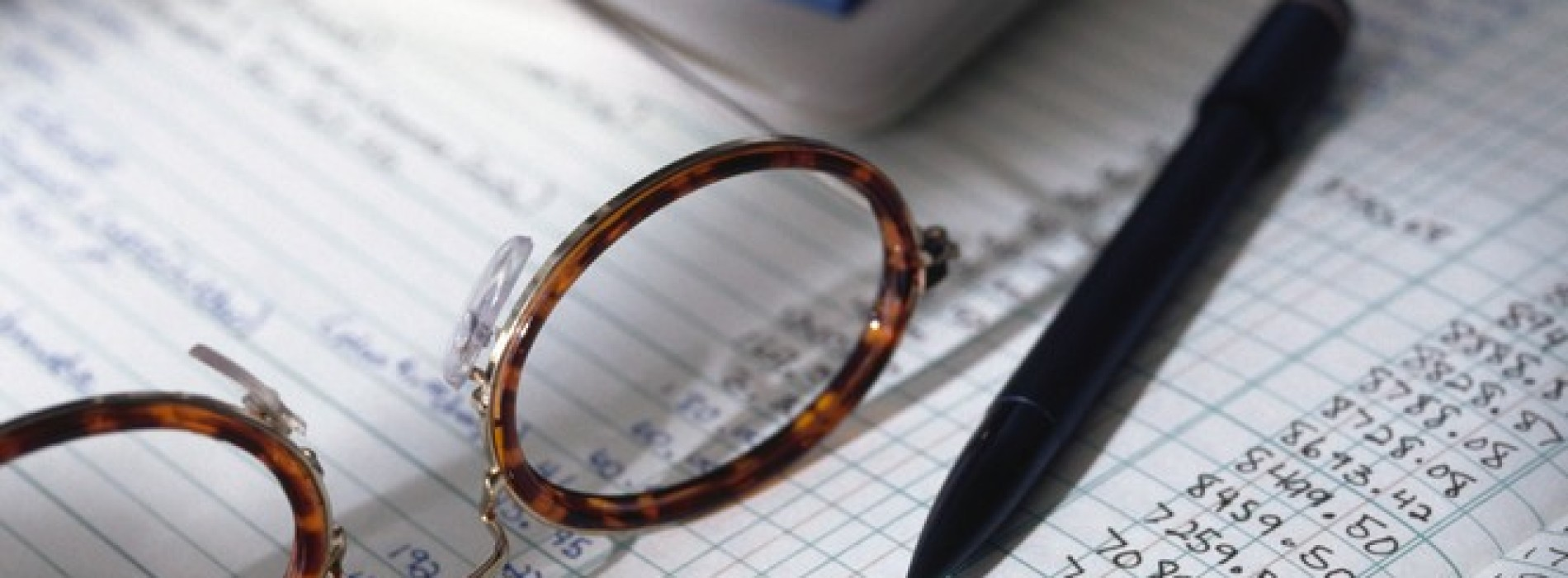 Jak prawidłowo obliczyć zaliczkę na podatek dochodowy i składki na ubezpieczenia społeczne własnego pracownika, z którym zawarta została dodatkowo umowa zlecenie?